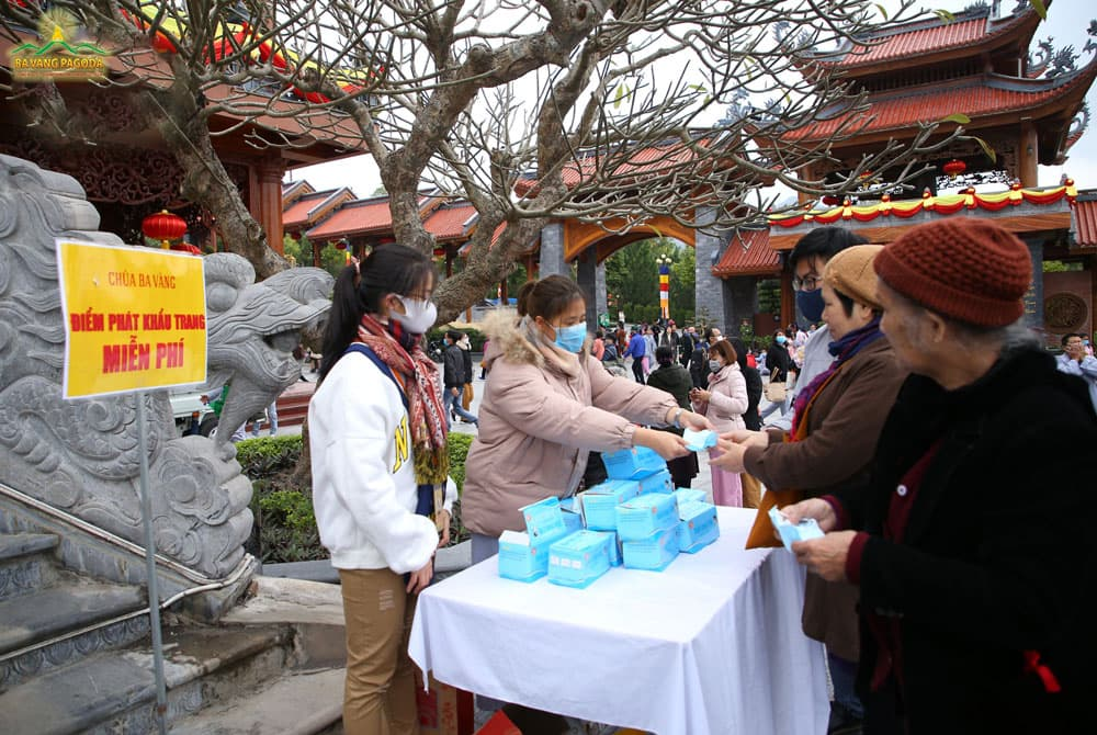 People are glad to receive free masks
