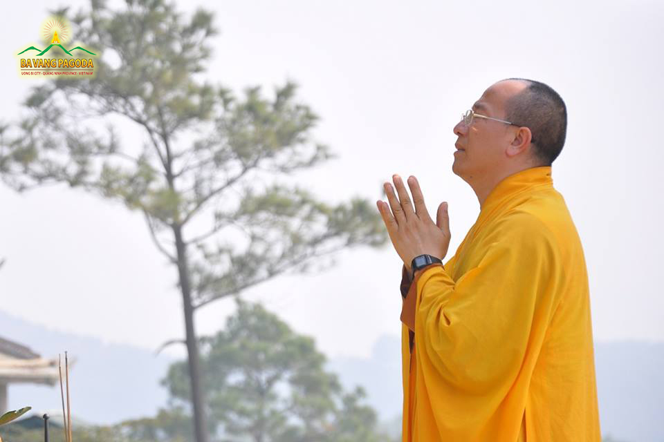 Thay Thich Truc Thai Minh joining His hands